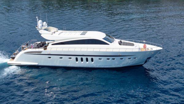Yacht_rg512_Charter