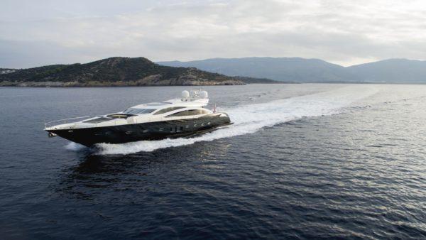 Yacht_blade_Charter-min